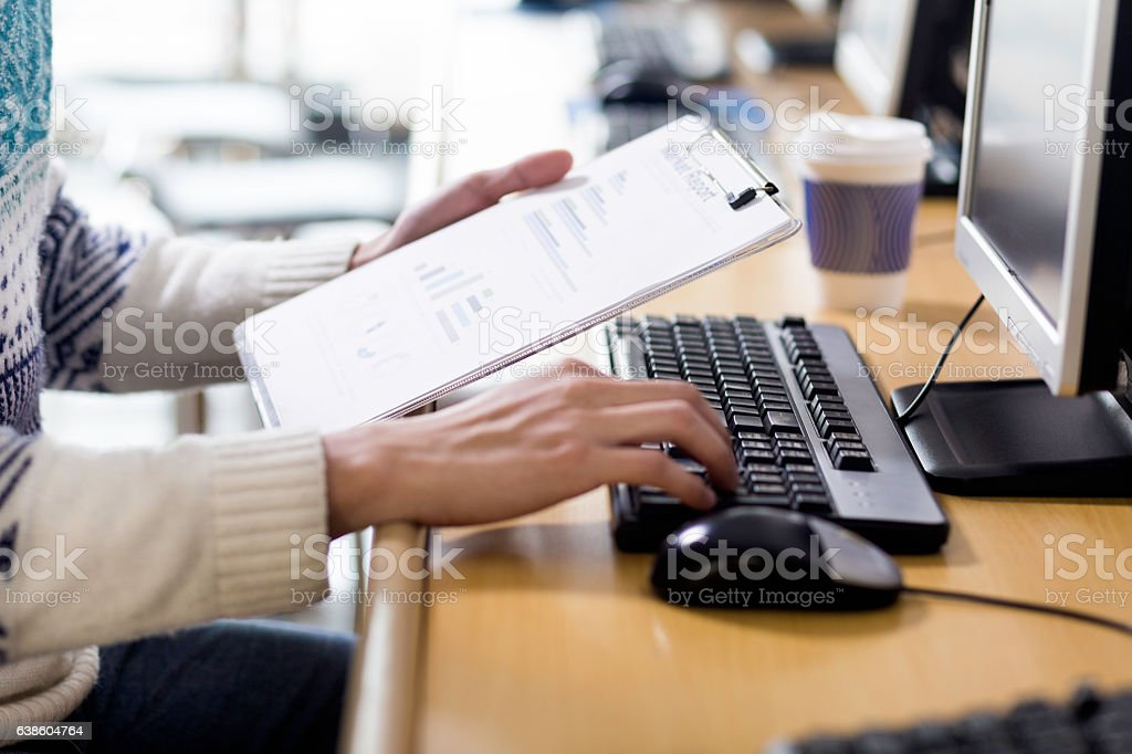 young asian man with pc and clipboard - foto de stock
