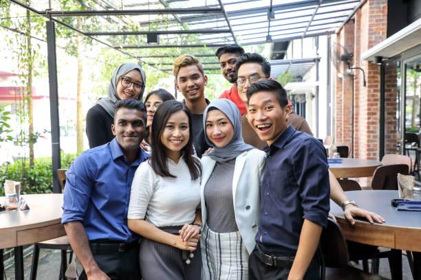jonge aziatische man vrouw groep portret collega student vriend familie - maleisië stockfoto's en -beelden