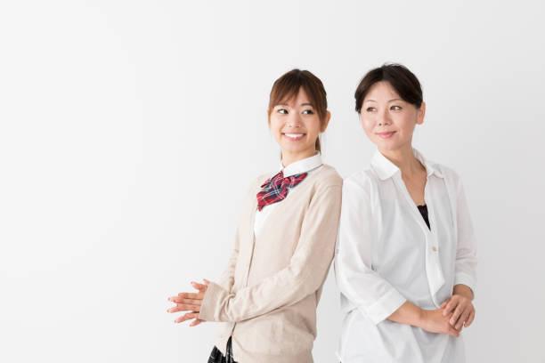 アジアの若い母親と白い背景の上の娘 - 母娘 笑顔 日本人 ストックフォトと画像