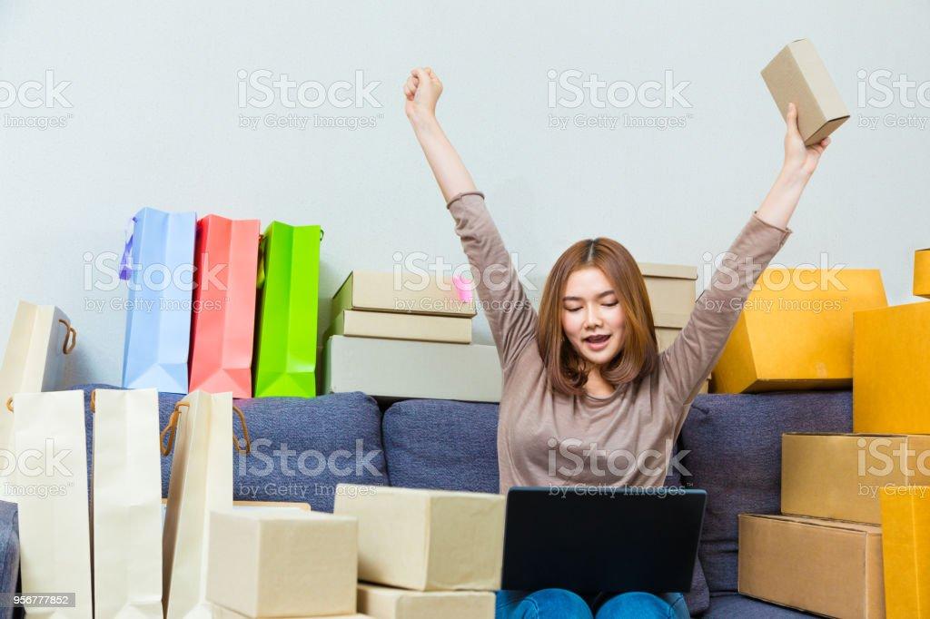 Femme daffaires jeune vendeur en ligne asiatique dans son bureau à