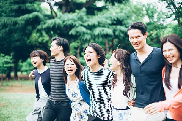 Young asian Personas divirtiéndose en el parque - foto de stock