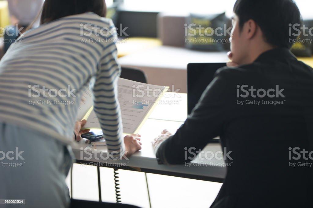 アジアの若者一緒に共同作業スペースで作業 ストックフォト
