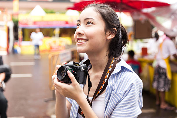young asian traveler - voyages en asie photos et images de collection