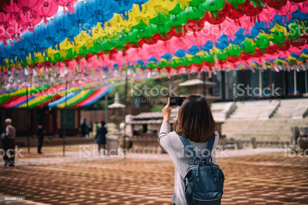 Junge asiatische Reisende Reisen in Bongeunsa-Tempel in Gangnam Bezirk von Seoul, Südkorea. - Lizenzfrei Architektur Stock-Foto