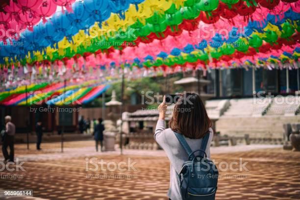 Junge Asiatische Reisende Reisen In Bongeunsatempel In Gangnam Bezirk Von Seoul Südkorea Stockfoto und mehr Bilder von Architektur