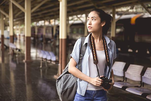 young asian traveller - ジャーナリスト ストックフォトと画像