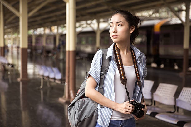 young asian traveller - voyages en asie photos et images de collection