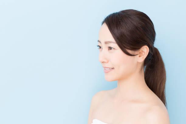 青の背景に分離された若いアジア女性美画像 - 女性 横顔 日本人 ストックフォトと画像