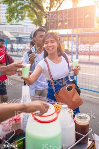 Young asian woman buysing loca drink on street picture id1143374933?b=1&k=6&m=1143374933&s=612x612&h=pynpoo3widlcmhgbd7x9kwgrbk8nmsxwepwzowkh9 i=