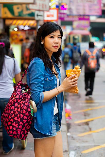 Young Asian woman eating Egg Waffle foto