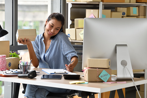 取引をしている女性 KEN'S BUSINESS ケンズビジネス 職場問題の解決サイト