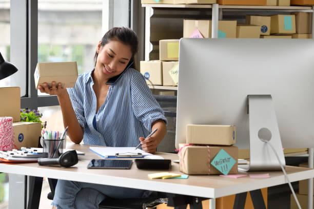 young asian woman entrepreneur - commercio elettronico foto e immagini stock