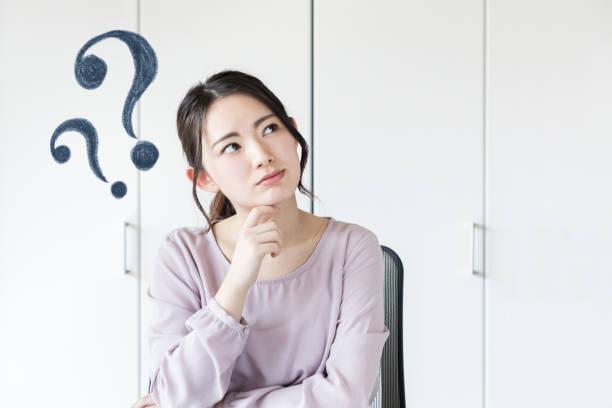 若いアジアの女性は、質問を持っています。 - 悩む ストックフォトと画像