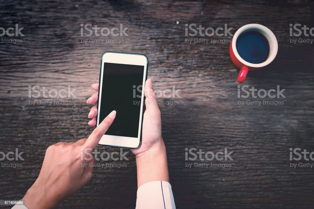 Junge asiatische Frau halten Handys. – Foto
