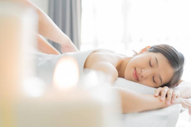 masaj alma spa salonunda genç asyalı kadın. - massage stok fotoğraflar ve resimler