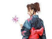 若いアジア人の女性の伝統的な着物を洋服