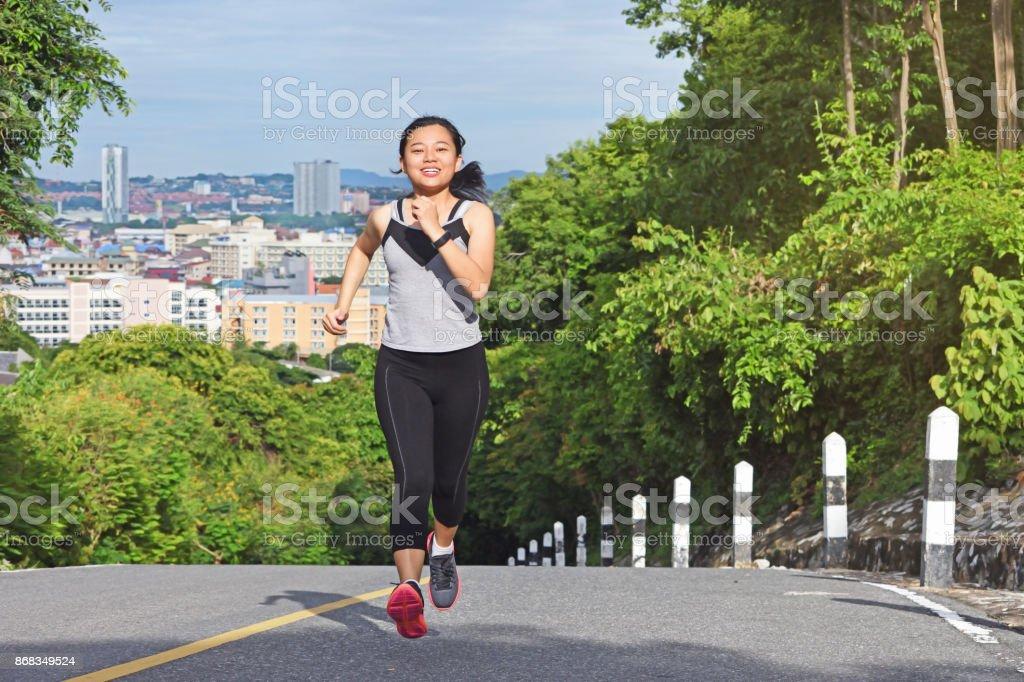 Jeune Femme Asiatique Faire Du Jogging Dans Le Parc Sourire Heureux ... 2787d943546