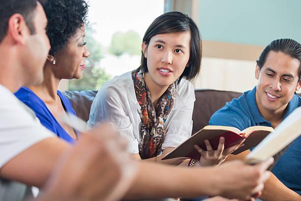 junge asiatische frau, die diskussion während der bibel arbeitszimmer - geführtes lesen stock-fotos und bilder
