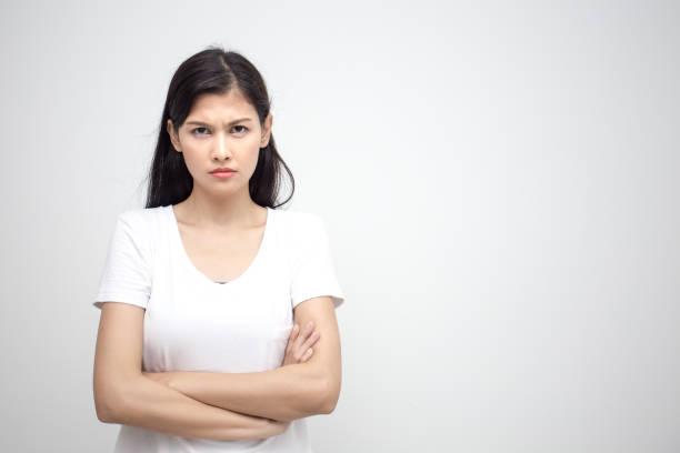 Junge asiatische Frau, die ich auf Kamera mit wütenden Emotion. Isoliert auf weißem Hintergrund. – Foto