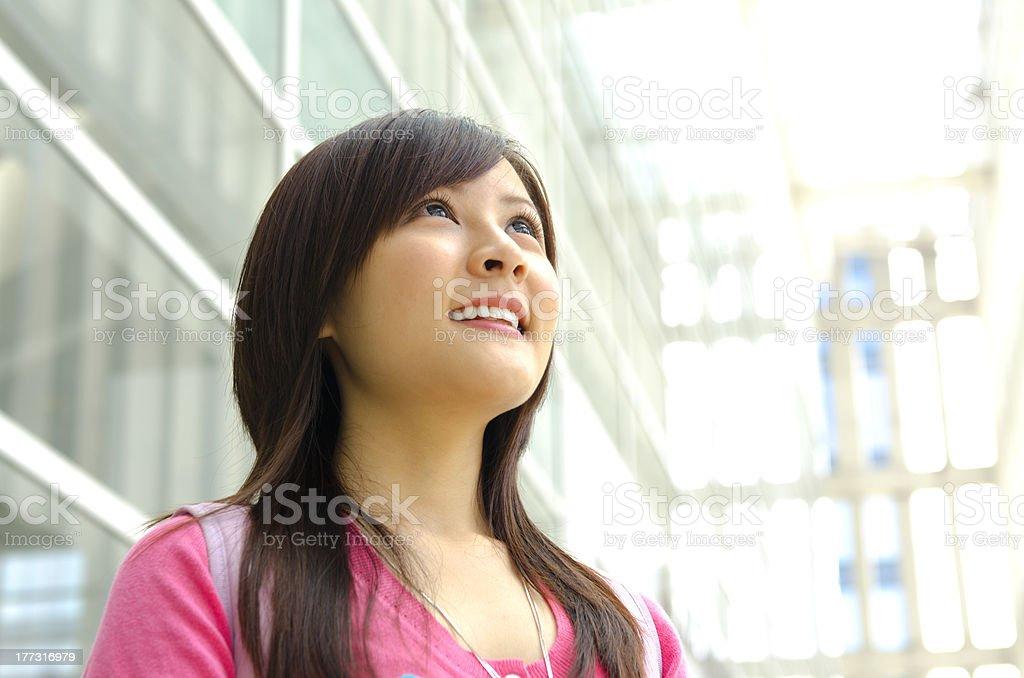 Jovem mulher asiática, olhando para o céu ao ar livre, - foto de acervo