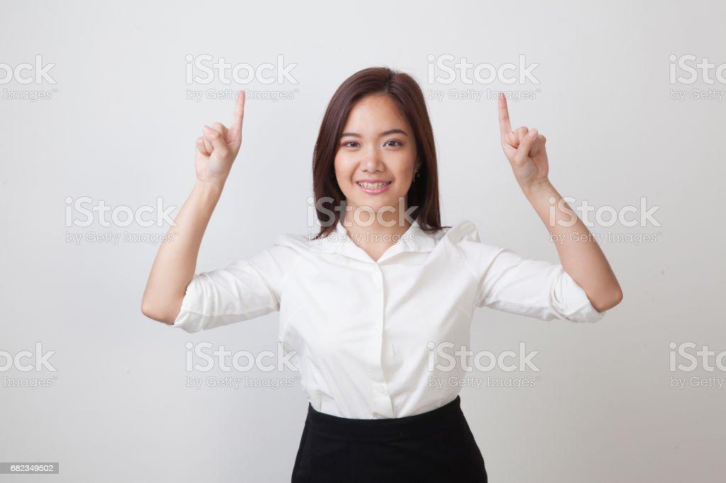 Jonge Aziatische vrouw punt tot de lege ruimte. royalty free stockfoto