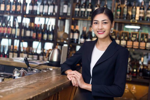 Junge asiatische Frau Restaurant stehend mit glücklich Emotion. Frau anwesend Wein für Kunden in Bar. Frau mit Wein in der Bar-Konzept. – Foto