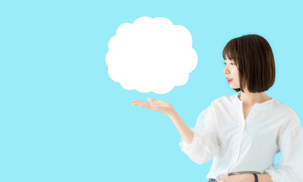 スピーチバブルを示す若いアジアの女性。 - sales talk ストックフォトと画像