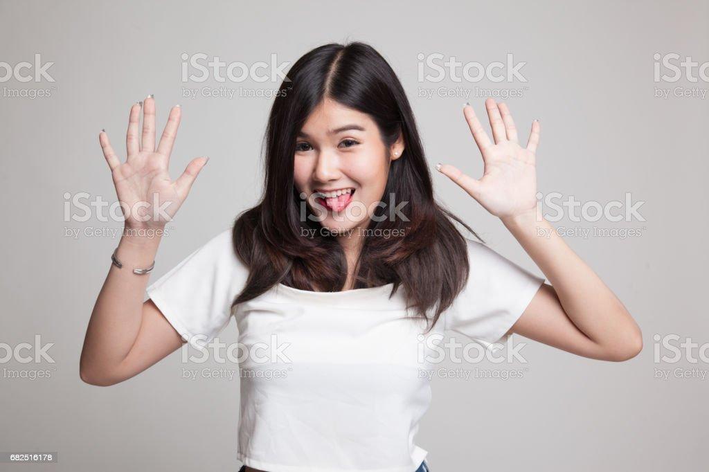 Junge asiatische Frau, die ihre Zunge heraus. Lizenzfreies stock-foto