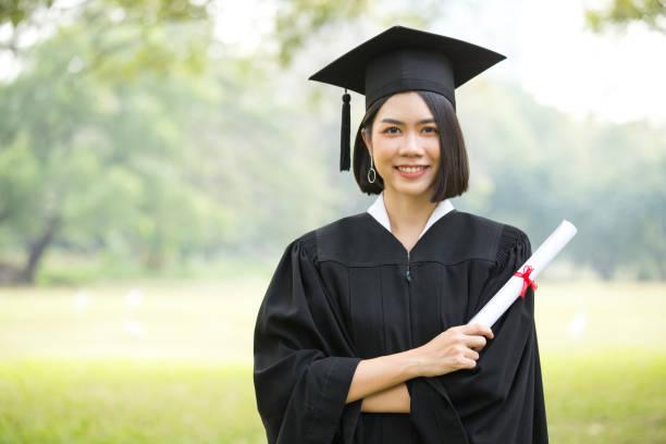 Junge asiatische Frau Schüler mit Abitur Hut und Kleid, Garten Hintergrund, Frau mit Graduierung Konzept. – Foto