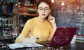 部屋で勉強している若いアジアの女性。教育コンセプト。科学技術。数学。