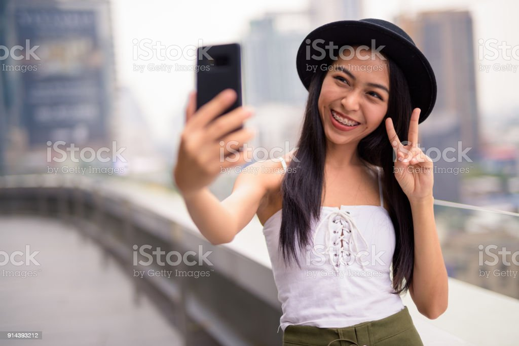 Jeune femme asiatique avec GSM - Photo