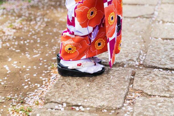 junge asiatin japanischer kimono tragen. - kimono stock-fotos und bilder