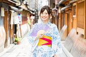 京都で着物を着ている若いアジア女性