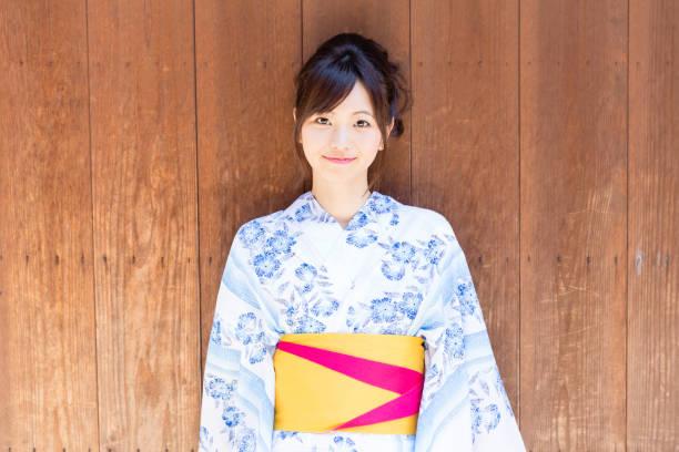 junge asiatische frau tragen kimono in kyoto - kimono stock-fotos und bilder