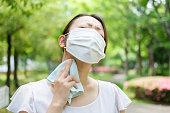 夏にマスクを着用した若いアジアの女性