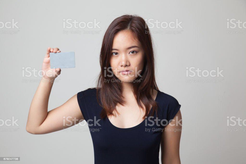 Jeune femme asiatique avec une carte vierge. photo libre de droits