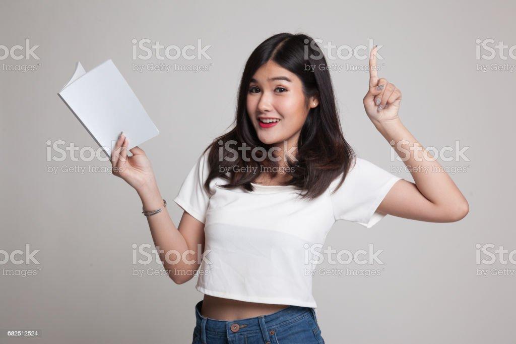 Genç Asyalı kadın bir kitap ile bir fikrim var. royalty-free stock photo