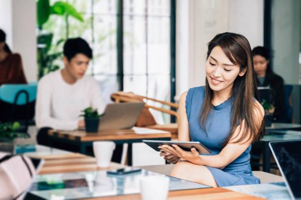 Junge asiatische Frau in einem modernen Co-Working Office – Foto