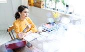 オフィスで働くアジアの若い女性。