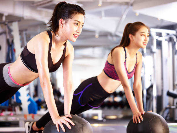 エアロビクスのクラスの若いアジア女性 ストックフォト