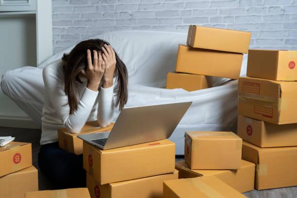 Junge asiatische Frauen kaufen online Nach Kunden Ansprüche – Foto