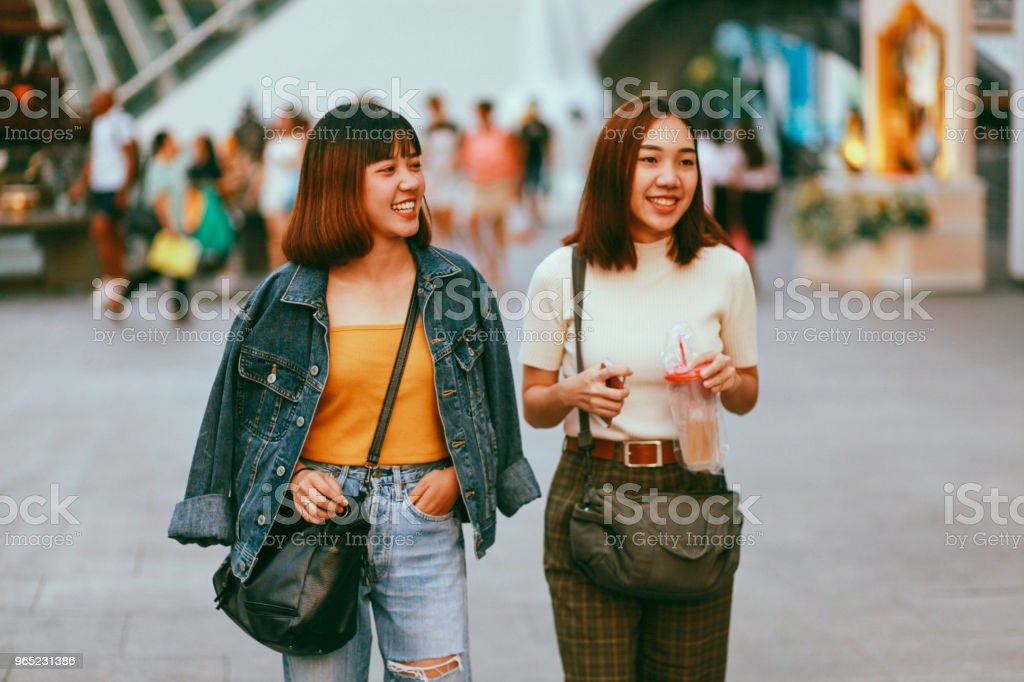 Young Asian women walking in Bangkok, going shopping together, chatting zbiór zdjęć royalty-free