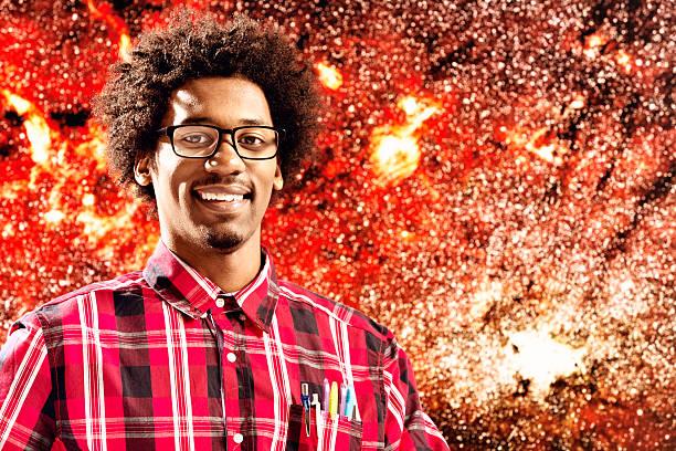 Jovem astrônomo sorri com confiança em frente da Via Láctea imagem - foto de acervo