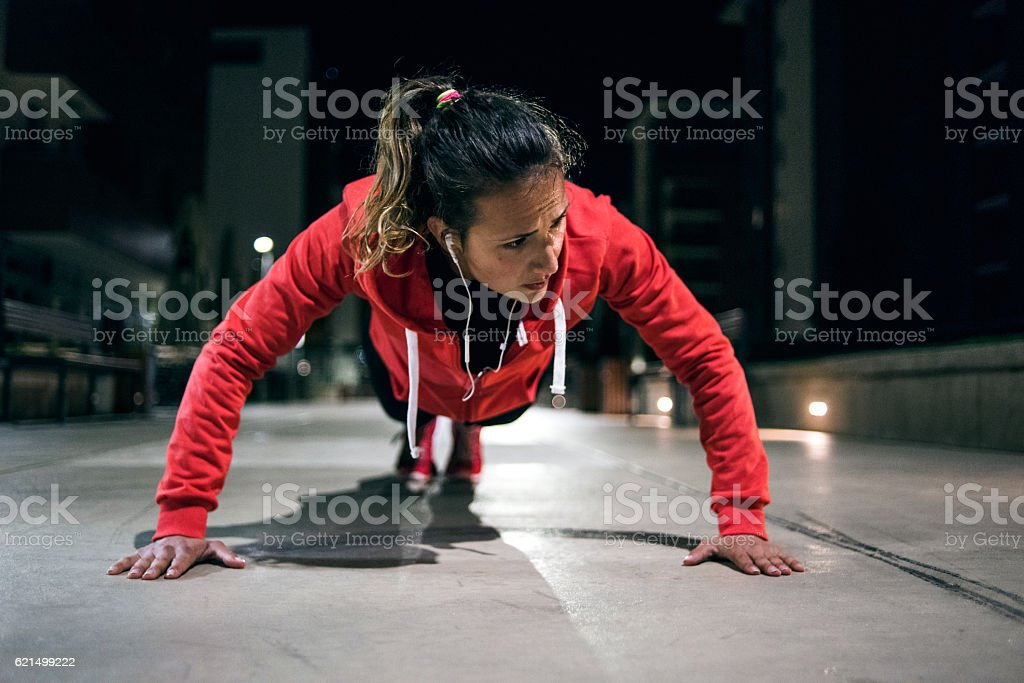 Young athlete doing push-ups in park foto stock royalty-free
