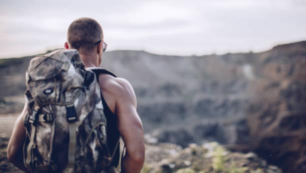 junge sportler in der natur - militärisches training stock-fotos und bilder