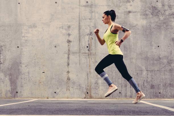 junge sportler draußen joggen - konzentrationsübungen stock-fotos und bilder