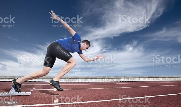 Joven Atleta Puesta En Marcha De Un Bloque De Salida Foto de stock y más banco de imágenes de Línea de salida
