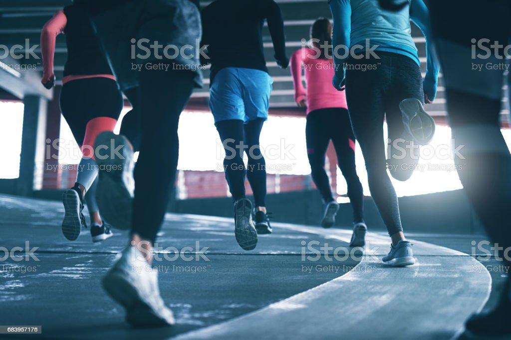 若い選手のレース トラックでのトレーニング ストックフォト