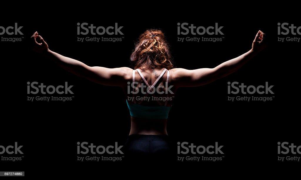 Athlétique jeune fille dans la salle de sport photo libre de droits