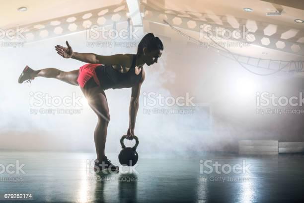 Junge Sportliche Frau Mit Wasserkocher Glocke In Einem Fitnessstudio Trainieren Stockfoto und mehr Bilder von Aktiver Lebensstil